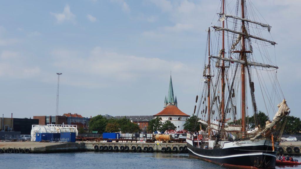 Vesselfinder liefert die aktuelle Position der Thor Heyerdahl