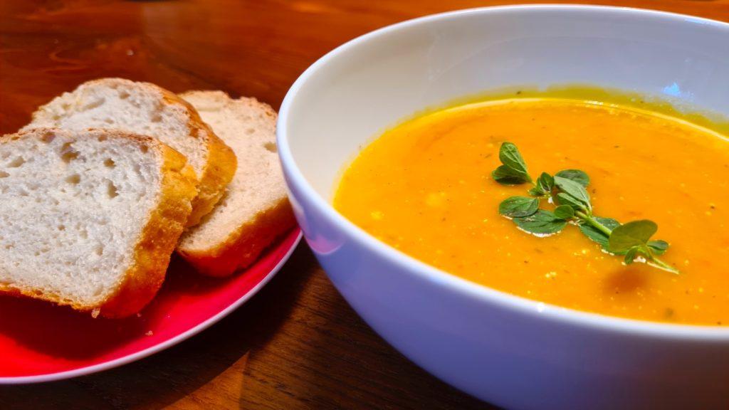 scharfe Kürbissuppe mit Brot