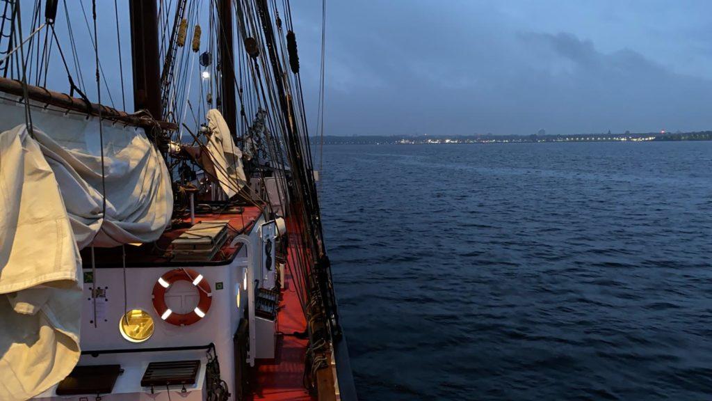 Abendstimmung an Bord der Thor Heyerdahl